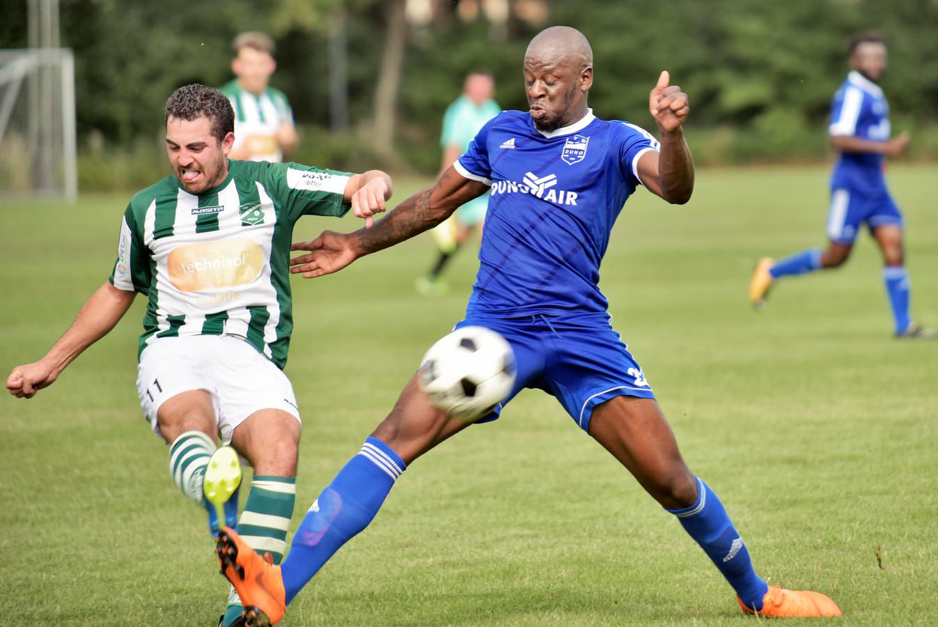 Boy Visser (links) van AWC geeft voor in het oefenduel met Duno. Dominique Kivuvu (ex-NEC) is te laat.
