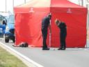 De brandweer plaatste een tent over het lichaam.