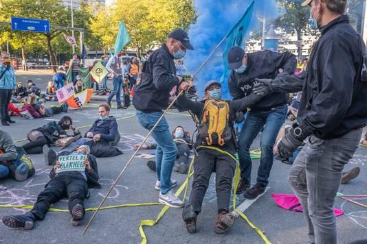 De politie is begonnen met het verwijderen van demonstranten van actiegroep Extinction Rebellion. De klimaatactivisten blokkeren in Amsterdam de Europaboulevard, een druk kruispunt bij een op- en afrit naar de A10. Er is veel politie en ME aanwezig.