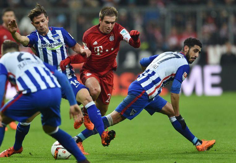 Philip Lahm, de aanvoerder van Bayern, in duel om de bal. Beeld afp