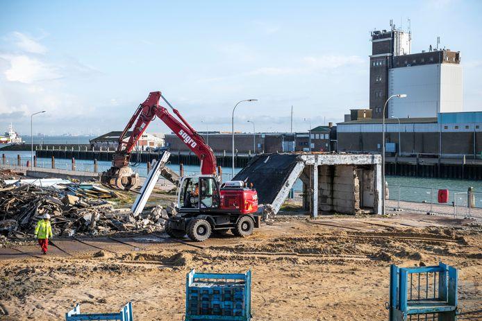 De sloopwerkzaamheden bij de haven zijn begonnen.