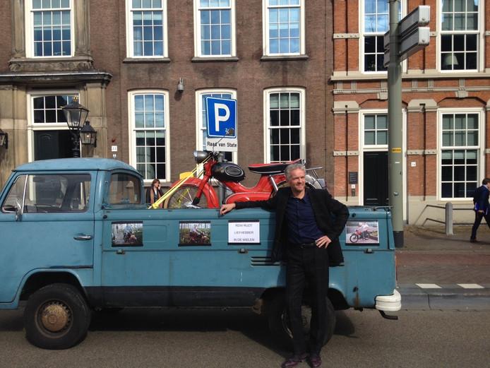 Angelo Damen reed met zijn Kreidler op een pickuptruck naar de Raad van State in Den Haag