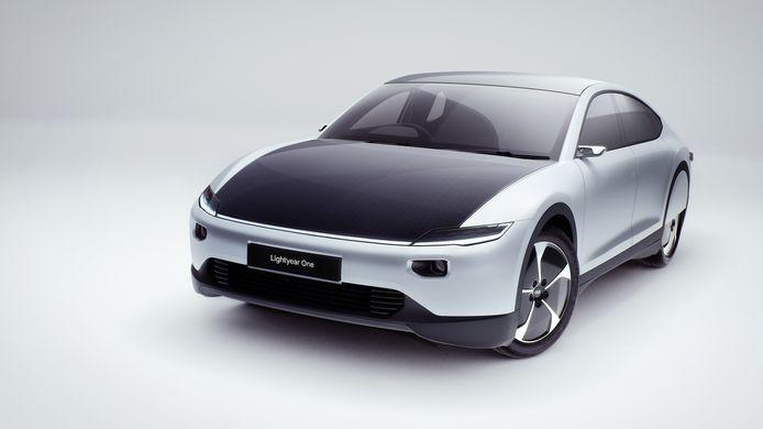 De Lightyear One is de eerste auto op zonne-energie die langere afstanden kan overbruggen.