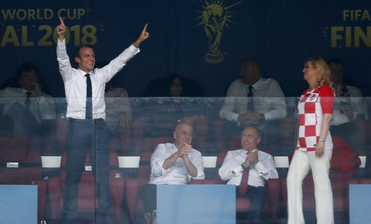 De Franse president Emmanuel Macron en de Kroaatse president Kolinda Grabar-Kitarovic reageren na de vierde goal van Frankrijk.