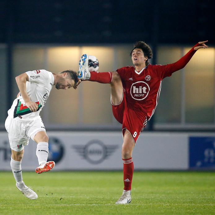 NEC-aanvoerder Rens van Eijden in duel met Edoardo Soleri van Almere City.
