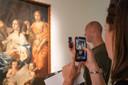 Marieke en Mark Bakker scannen een schilderij met de augmented reality app in Museum Het Valkhof.