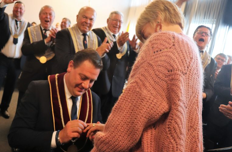 Kersvers Koning Ezel David Claeys (43) heeft zijn vriendin Severine Christiaens ten huwelijk gevraagd op de feestelijke kermisreceptie.