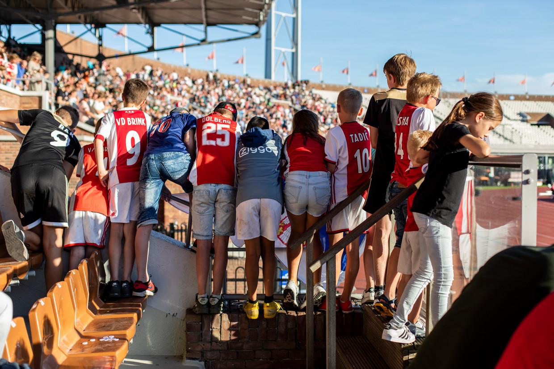 Jonge Ajax-supporters op de tribune bij de wedstrijd tegen Panathinaikos. Beeld Lin Woldendorp