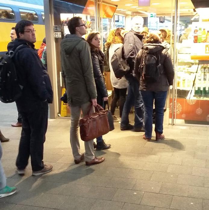 In de rij voor de gratis koffie terwijl de politie het verdachte pakket onderzoekt. Foto: Olger Koopman