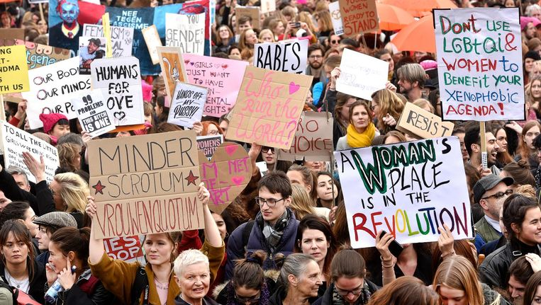 Vrouwen en mannen liepen in maart 2017 mee met de Nederlandse Womens March. Beeld anp