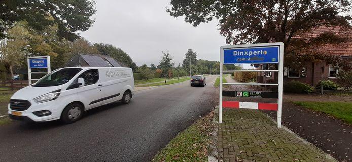 Op een van de plaatsnaamborden van Dinxperlo wordt altijd de gemeentenaam Aalten weggekrast.