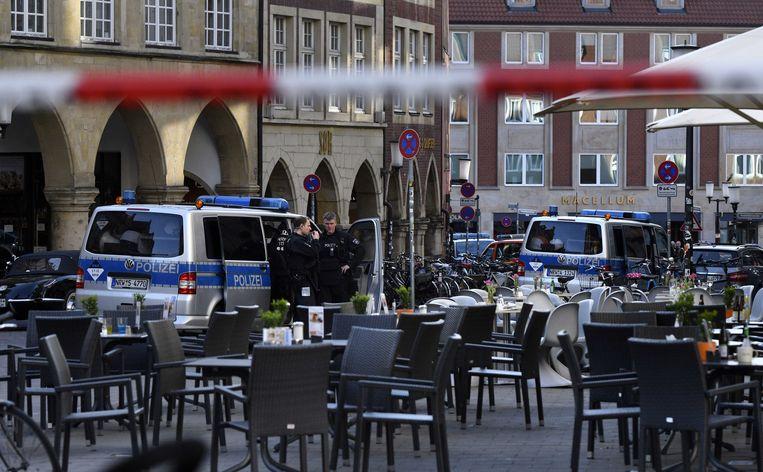 Busjes van de politie rijden langs een leeg terras dat hoort bij de Grosser Kiepenkerl, een beroemd restaurant in de Duitse stad. Eerder op de dag reed een bestelbus in op het terras, dat toen vol zat met mensen.