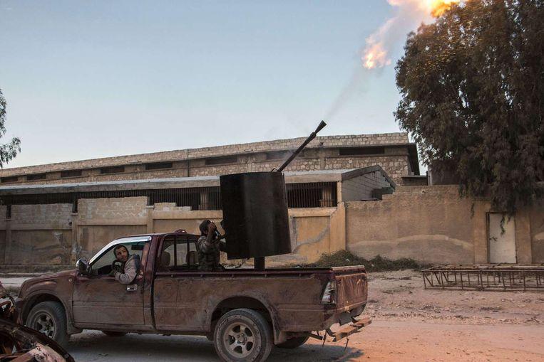 Syrische rebellen beschieten een regeringsvliegtuig. Beeld afp