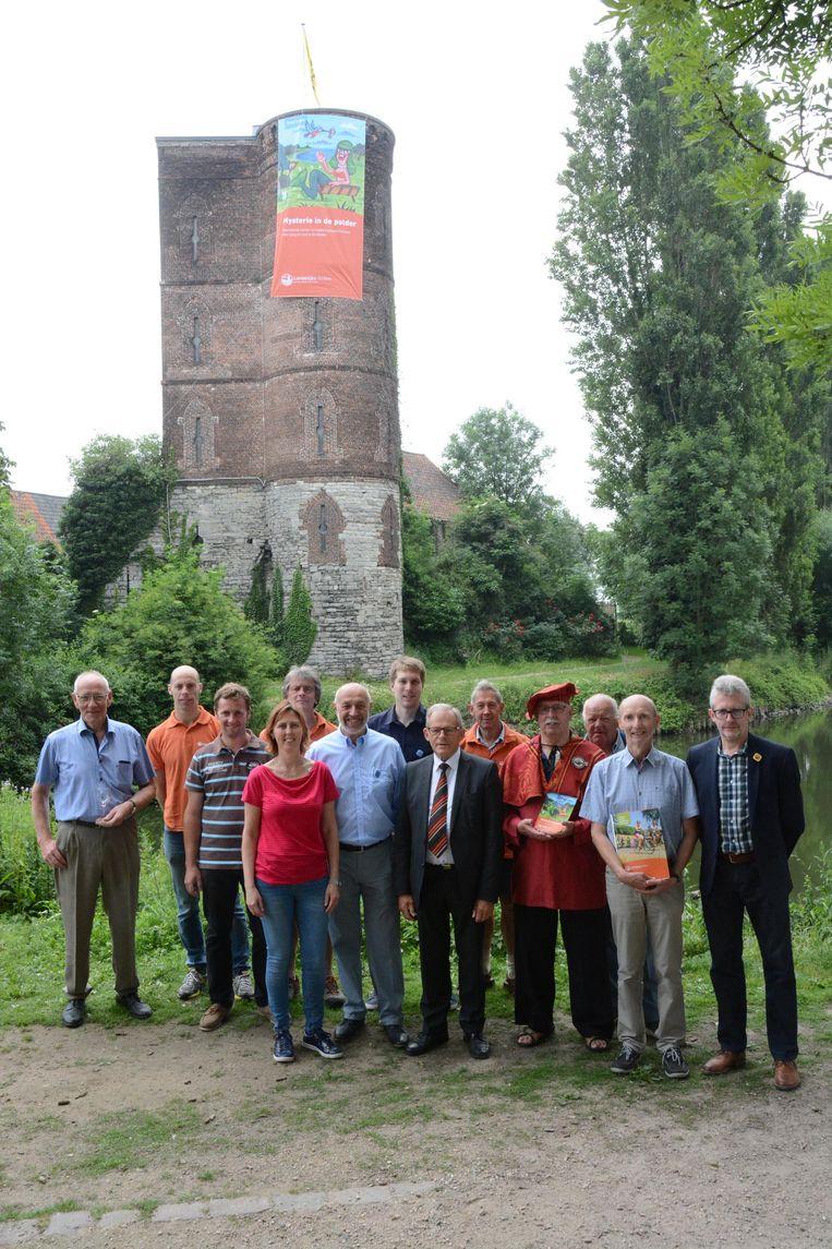 Als promostunt werd een reuzengroot spandoek ontrold aan de Graventoren in Rupelmonde.