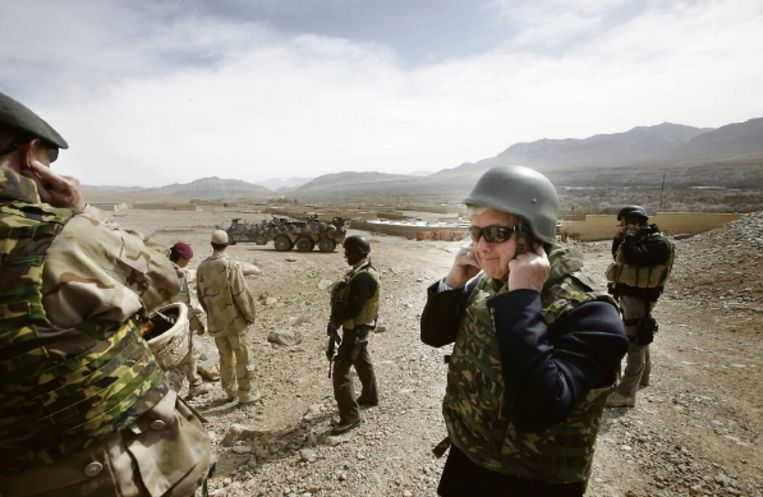 Minister Van Middelkoop afgelopen week in het Chora-dal, bij een wapentest van de Nederlandse militairen. (FOTO JACO KLAMER) Beeld