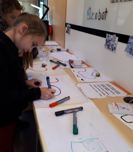 Bornse kinderen enthousiast over digitale hightechbus