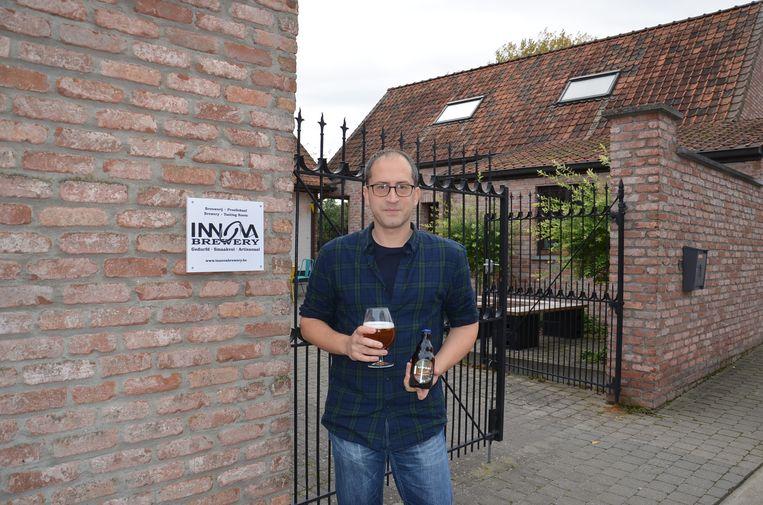 Jimmy Borloo met zijn nieuwste bier 'Unreal' aan zijn 'Innova Brewery' in Haaltert.
