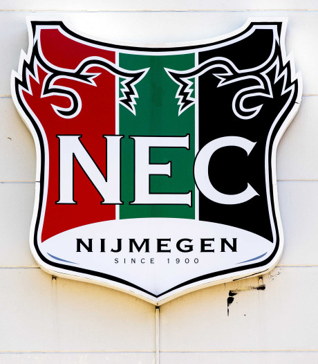 Supportersbussen NEC bij Deventer bekogeld