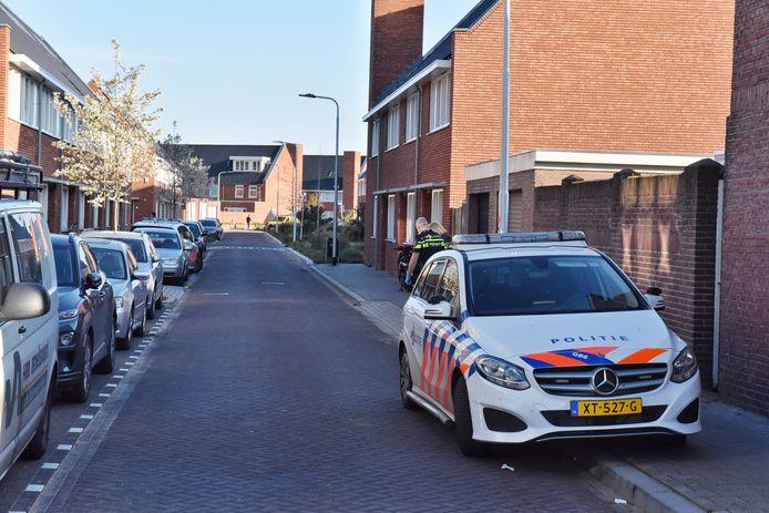 Politie bij de Van Mierisstraat in Tilburg, waar zaterdag een steekpartij was.