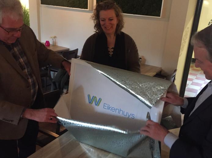 Drie leden van de jury (Rien Moonen, Anja Meeuwesen en Jan van Rijswijk) onthullen die nieuwe naam van de zorglocatie in Berkel-Enschot van De Wever.