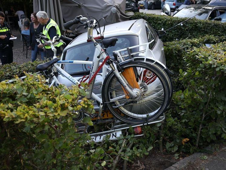 Auto belandt op terras pannenkoekenhuis; bestuurster gewond