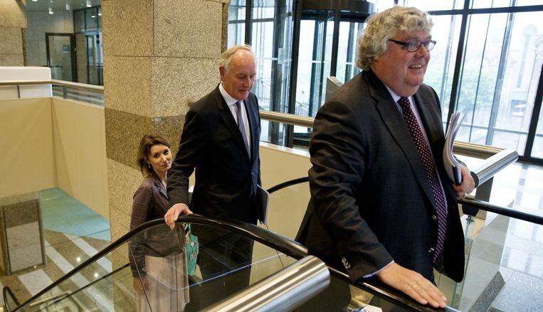 Ton Elias (R) met achter hem Johan Remkes, die als minister van Binnenlandse Zaken verantwoordelijk voor het systeem C2000, dat werd gebruikt voor het onderzoek. Beeld anp