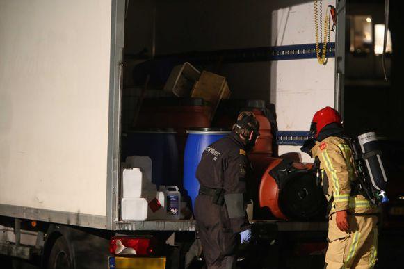Een vrachtwagen met lekkende vaten van een xtc-lab wordt opgeruimd in een woonwijk in Eindhoven. (archieffoto 1 oktober 2018).