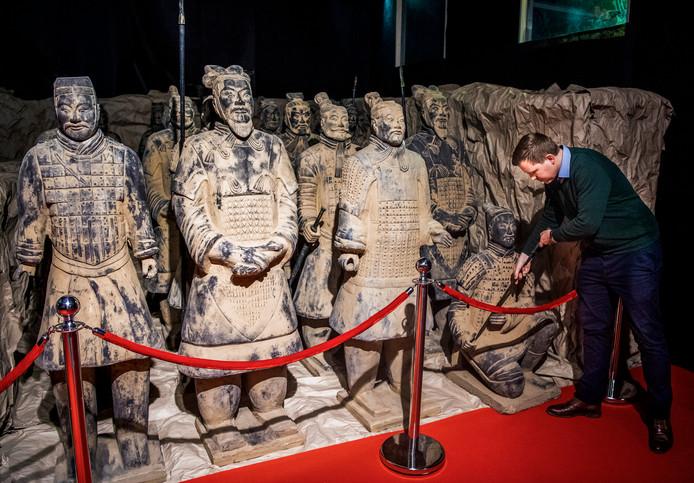 Het terracottaleger van Keizer Qin in het Alexandrium, rechts Danny van den Heuvel van de Nederlands Chinese Handelskamer.