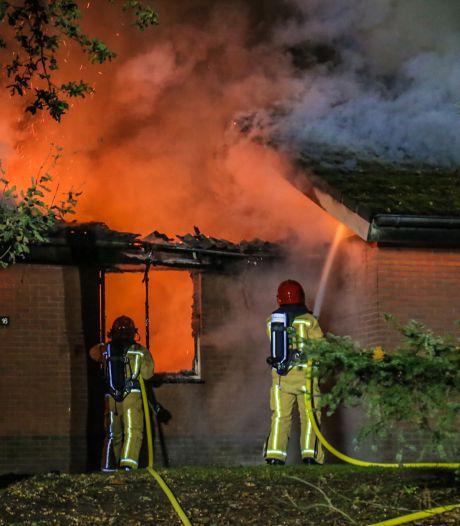 Brand in Vlierden: eigenaar vakantiehuisje zag eigen woning in vlammen opgaan en waarschuwde andere gasten