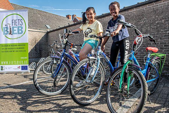 Iliana en Kindra testen al eens een fietsje uit.