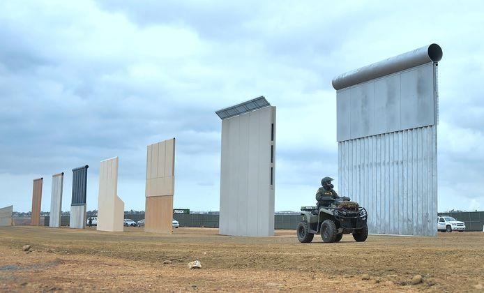 Prototypes van de grensmuur in San Diego, in Californië.