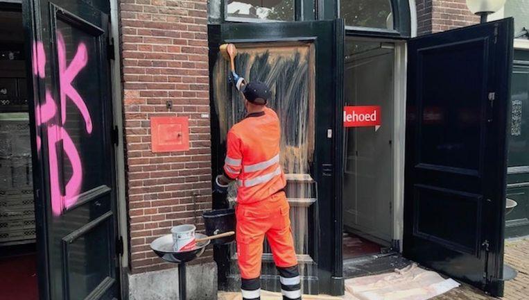 De deuren van het debatcentrum zijn inmiddels al bijna schoon. Beeld De Rode Hoed