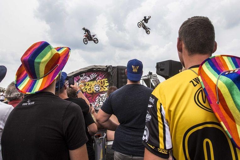 Sfeerbeeld van een stunt met motoren tijdens de 23e editie van het festival Zwarte Cross in het Gelderse Lichtenvoorde. Beeld ANP