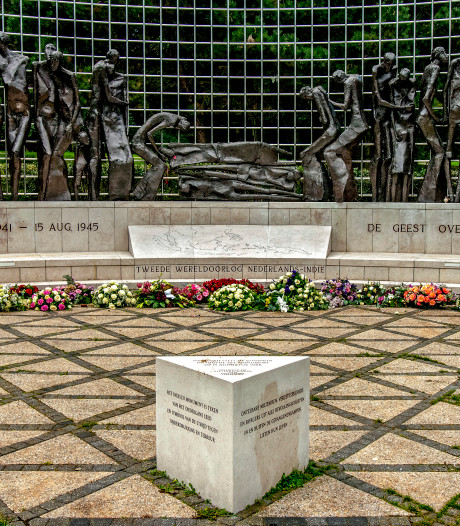 Bloemen van de doden houden Indië-monument levend