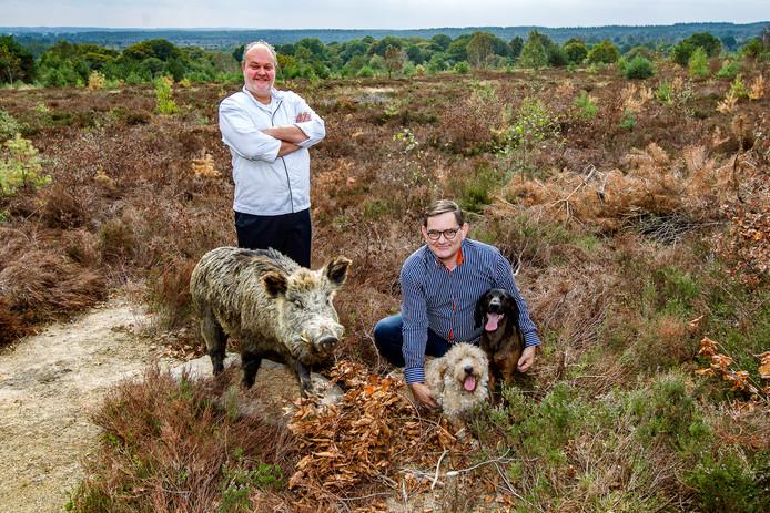Vincent Vree Egberts, de eigenaar van het restaurant 't Lösse Hoes, en zweethondtrainer Erick Jan Kaljee.