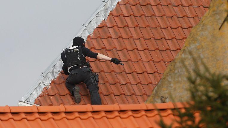 Bij de antiterreuractie zijn schutters geposteerd op de daken. Beeld ANP
