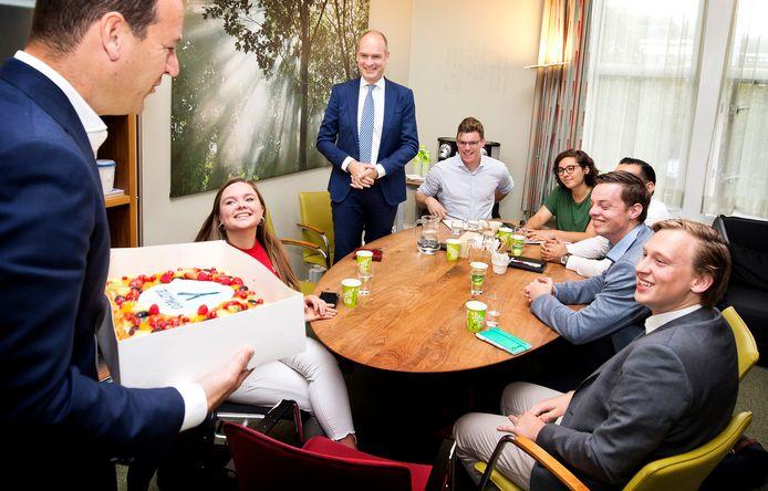 PvdA-leider Lodewijk Asscher brengt taart mee naar Coalitie-Y, waarbij zijn partij zich aansluit.
