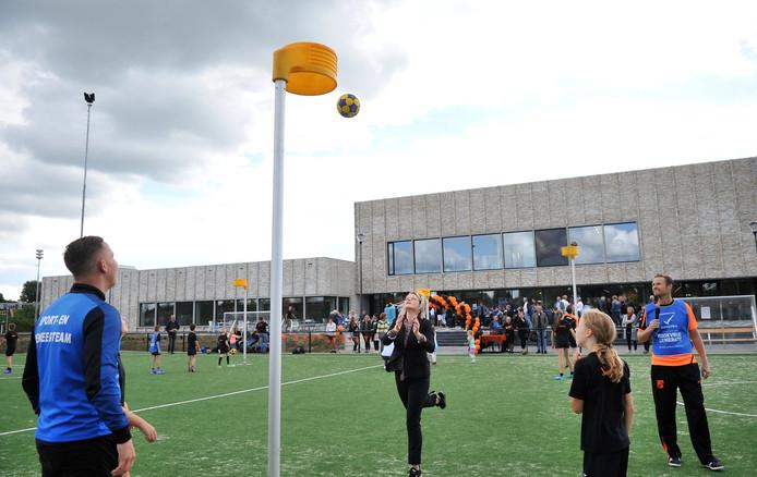 Wethouder Marinka Mulder heeft zojuist een doelpoging gewaagd tijdens een korfbalclinic op de open dag van Doelum.