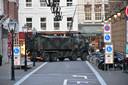 Legervoertuigen blokkeren vrijdagochtend de wegen naar de binnenstad.