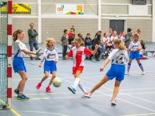 Bloedfanatieke meiden zaalvoetballen in Terneuzen, Irisschool wint