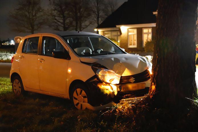 Op de Wanroijseweg heeft een eenzijdige aanrijding plaatsgevonden. Daar is een automobilist door onbekende oorzaak van de weg geraakt en tegen een boom gebotst.