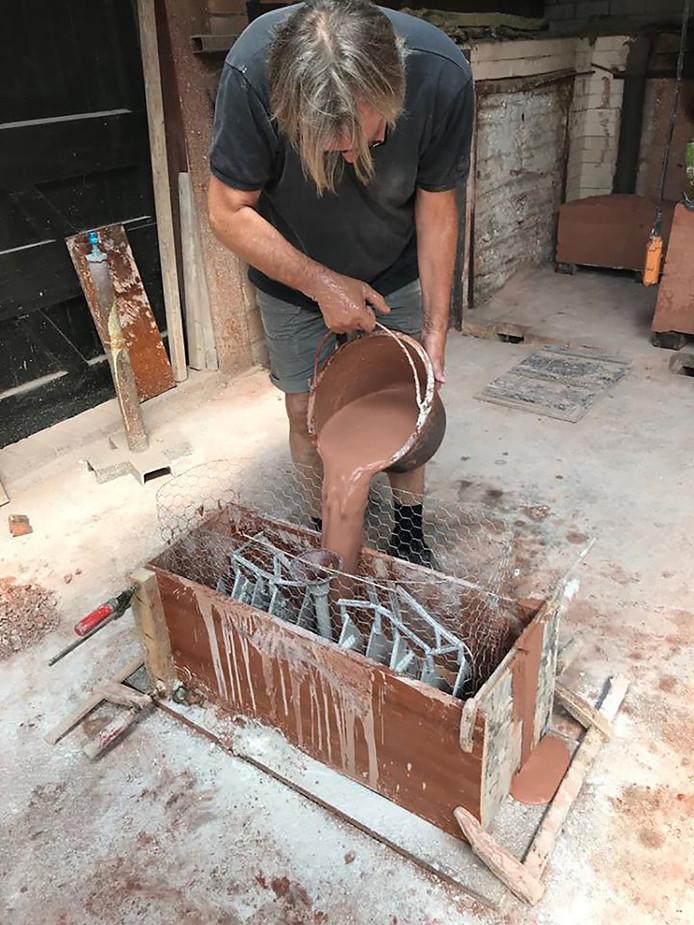 Léon Vermunt bezig met het maken van de eerste gietmallen voor het kunstwerk d' Ouwe Sok van Roosendaal.