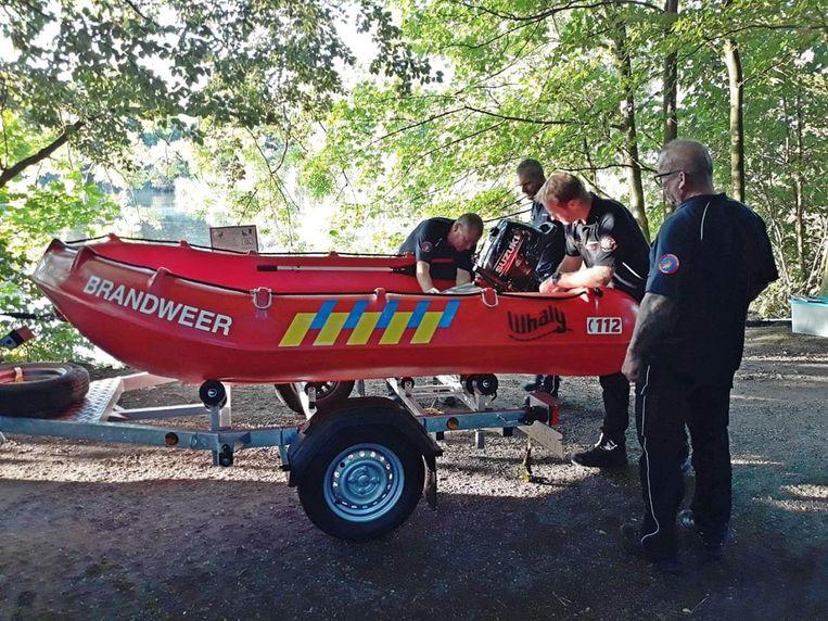 De brandweer kwam met een bootje ter plaatse.