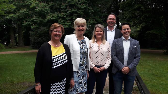 Het nieuwe Renkumse college (v.l.n.r) met namens de VVD Leonie Rolink, burgemeester Agnes Schaap, Marinka Mulder (PvdA), Jasper Verstand (D66) en Joa Maouche namens GroenLinks.