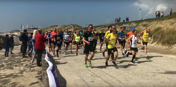 250 mensen renden de Strandloop voor Hoop om geld voor de behandeling van kanker in te zamelen.