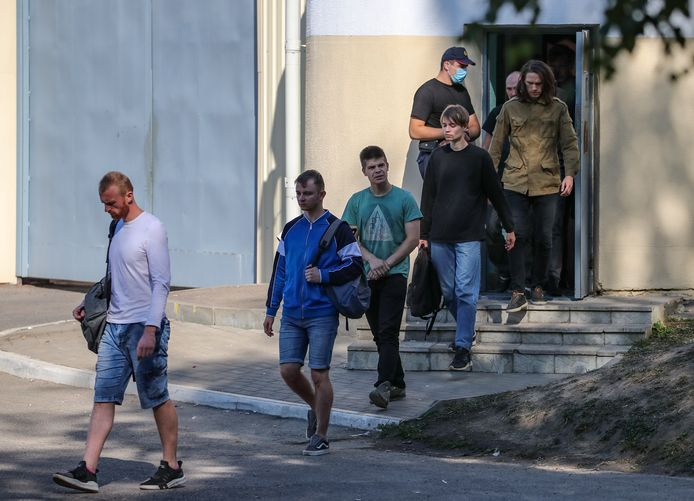 Opgepakte betogers in Wit-Rusland verlaten de gevangenis.