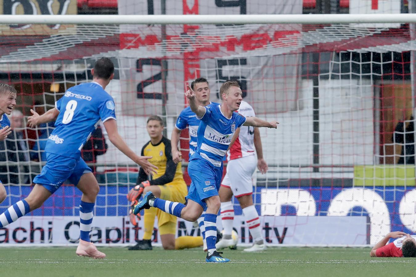 De Graafschap is geïnteresseerd in Rick Dekker, die hier juichend wegloopt na een doelpunt tegen FC Emmen.