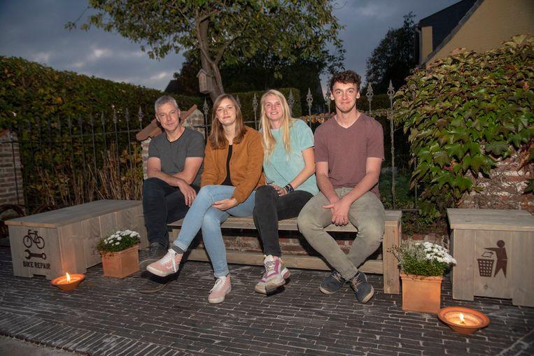 Hans, Kato, Janne en Bavo op de herdenkingsbank voor Inge in de Peperstraat in Kalken.