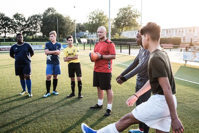 Rick Bosch leidt een training van het oudste jeugdteam van SC Doesburg.