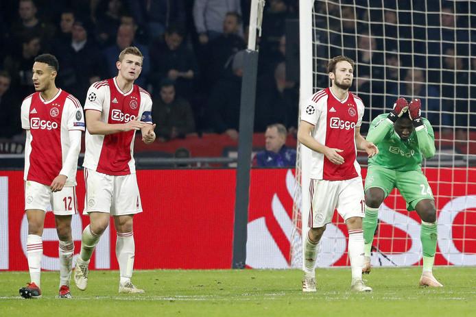 De spelers van Ajax balen na het net mislopen van de groepswinst.